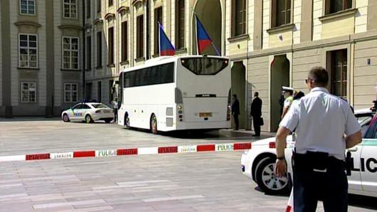 Autobus s vládou na nádvoří Pražského hradu